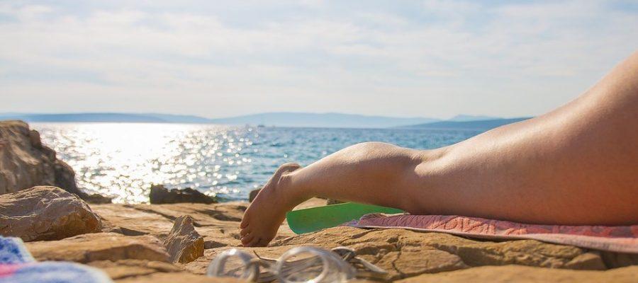 Sommerwetter: Frau beim Sonnenbad