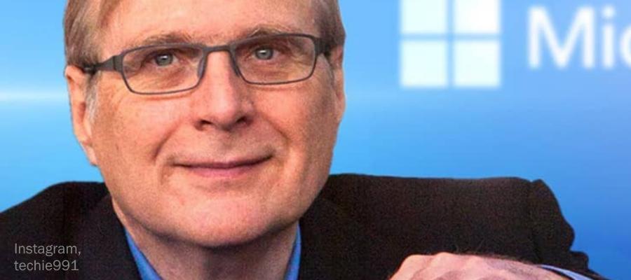 Paul Allen vor einer Microsoft-Leinwand